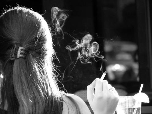 Mujer fumando - Imagen pública