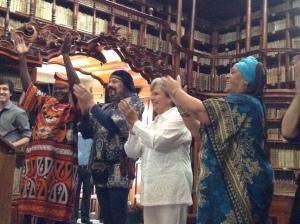 Algunos de los narradores con vestimentas tradicionales de su país durante la inauguración en la Biblioteca Palaffoxiana