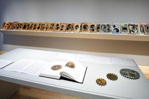 Sobre la transformación de los libros en engranes- foto tomada del boletín de prensa del Museo Amparo