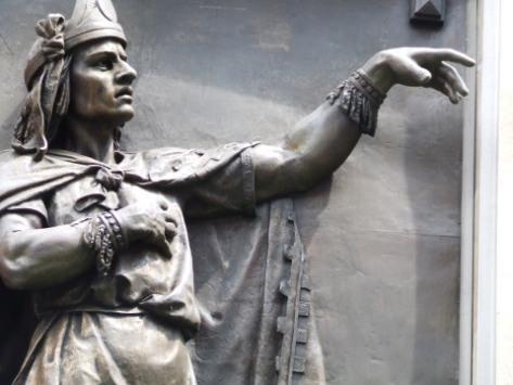 Estatua de Nezahualcóyotl afuera del Museo del Ejército - Imagen pública