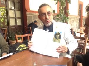 Dr. Apolonio Juárez Núñez hablando sobre su libro